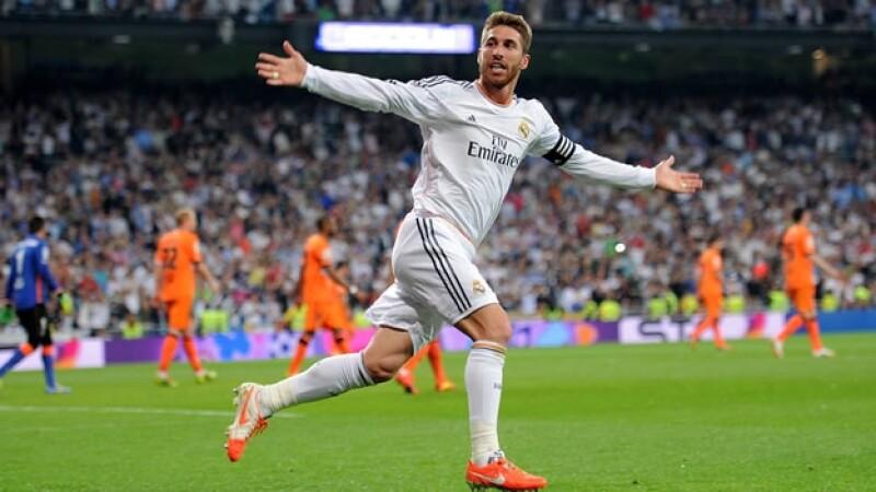 Sergio Ramos celebra uno de los dos goles con los que Real Madrid empató ante Valencia