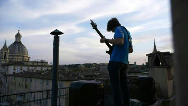 A las 19:30 hrs. en la piazza Navona suenan los acordes de la guitarra de Jacopo Mastrangelo, un fenómeno en las redes sociales en estos tiempos de pandemia y confinamiento.