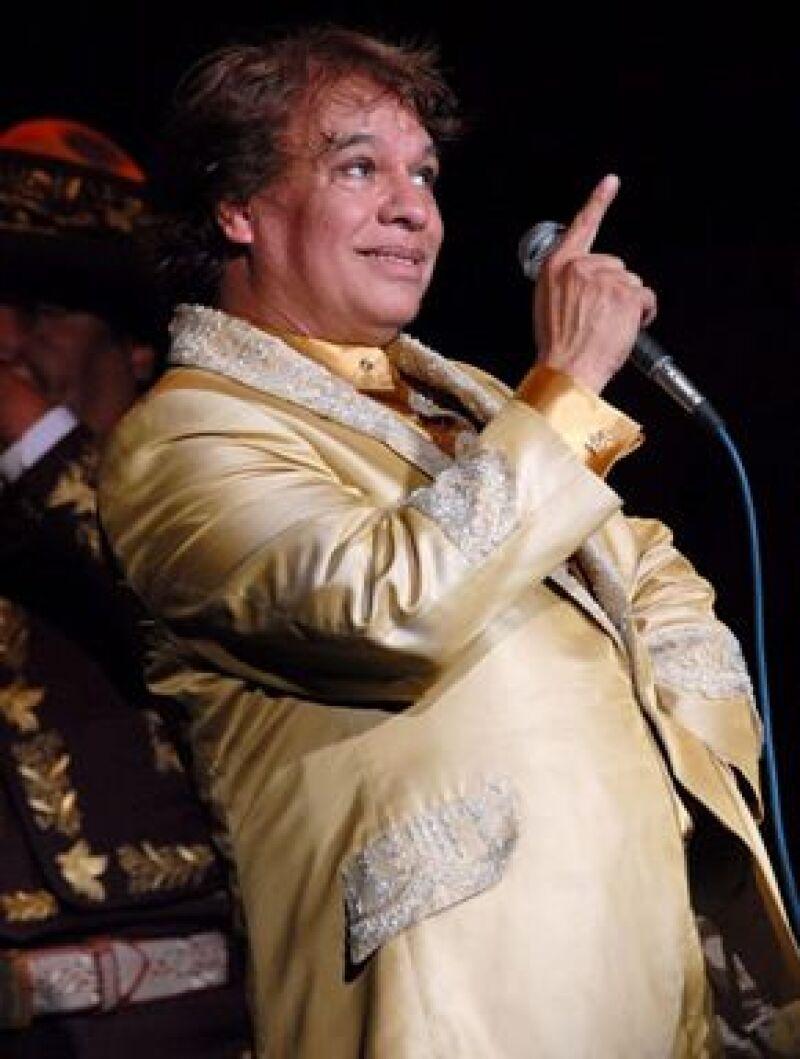 El Divo de Juárez recibió la distinción este miércoles durante su concierto en el Auditorio Nacional.