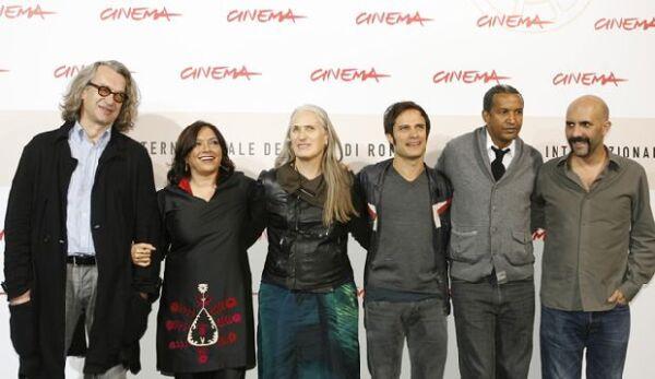 Además de García Bernal, en la película también participaron los directores Jane Campion, Wim Wenders, Gus Van Sant, Mira Nair, Jan Kounen, Gaspar Noé y Abderrahmane Sissako.