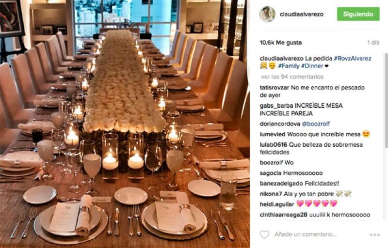 La mesa de la cena fue espectacular, en el centro estaba lleno de rosas blancas.