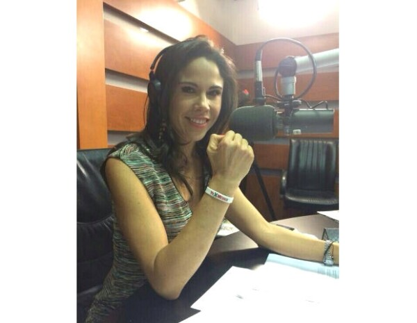 """Paola Rojas con la pulsera blanca de la campaña """"Yo x México""""."""