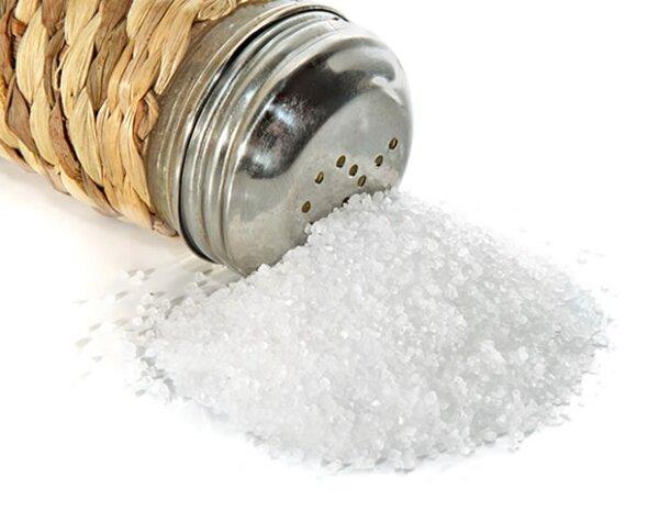 Para evitar hincharte por la sal, procura tomar mucha agua con alimentos salados.