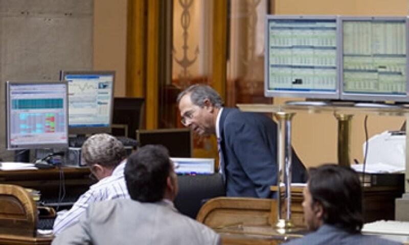 os títulos del Santander perdieron 2.01% y los de BBVA 1.67% en la Bolsa española. (Foto: AP)