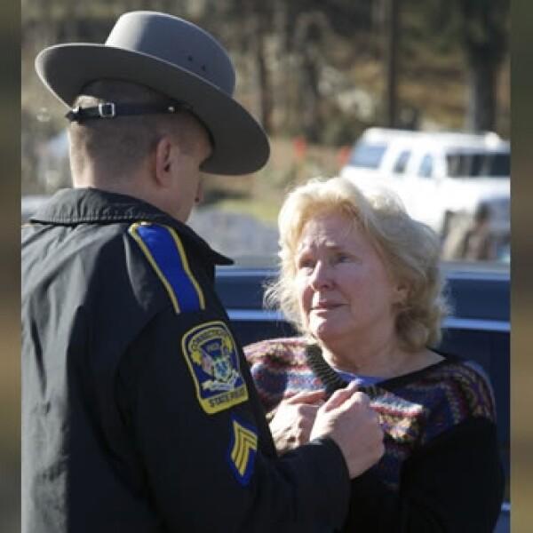 una mujer habla con una policia