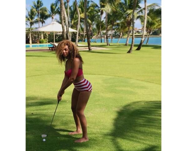 Beyoncé lució varios bikinis durante sus vacaciones. Aquí, jugando golf en uno muy retro.