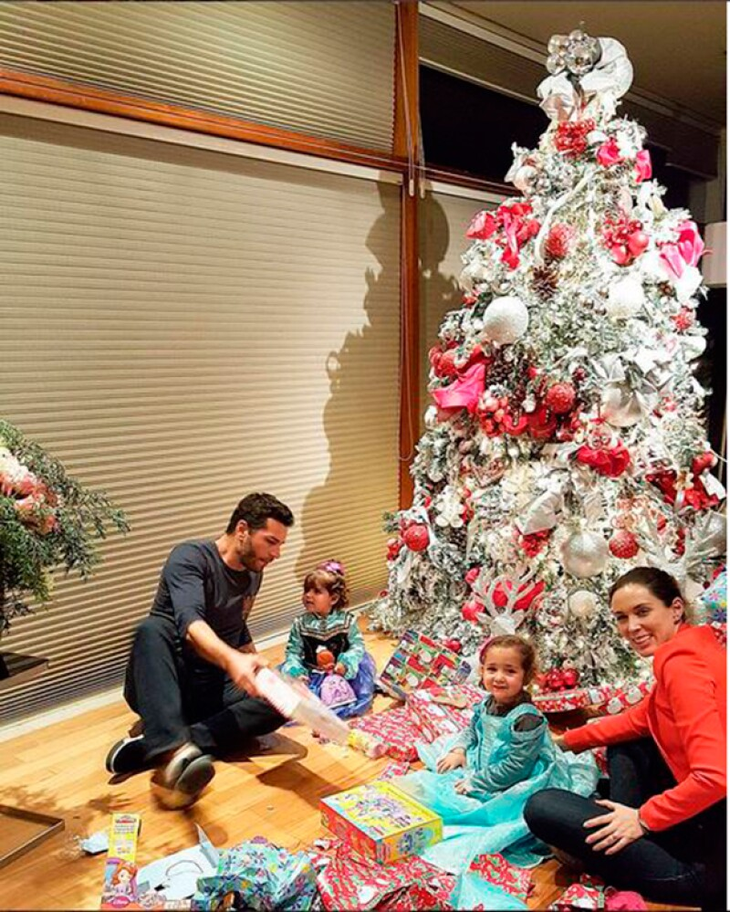El abogado compartió en su cuenta de Twitter una foto del mágico momento en el que sus hijas Jackita y Caro descubren los juguetes bajo el árbol.