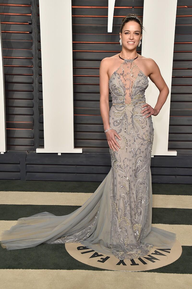 Michelle se decidió por un vestido con cuello halter.