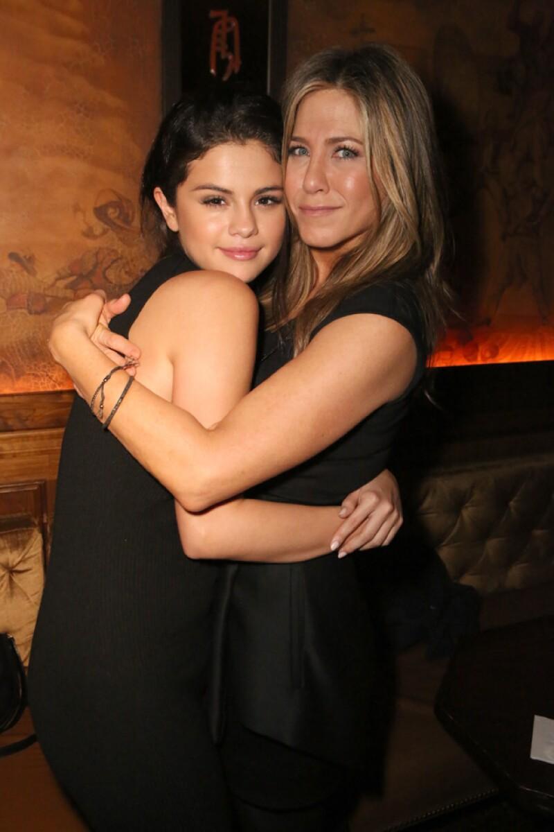 La cantante y la actriz tuvieron un tierno momento durante la proyección de la nueva película de Aniston en la que Selena mostró toda su admiración a su ídolo de la infancia.