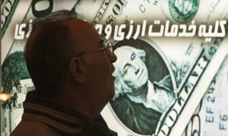 La moneda local ha perdido 40% frente al dólar en el último mes, y los iraníes buscan dólares para proteger sus ahorros. (Foto: Reuters)