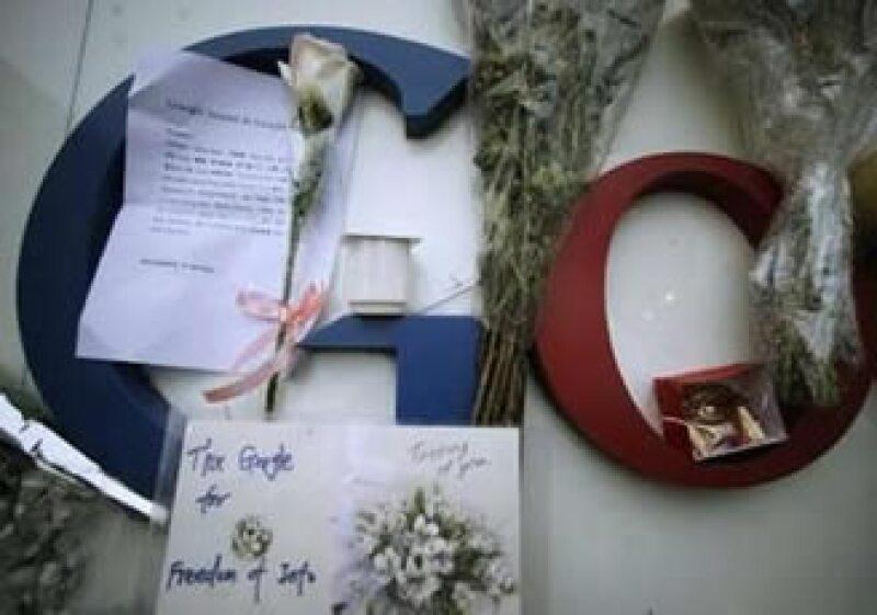 Cartas y flores, entre las muestras de afecto que los chinos ofrecen a las afueras de las oficinas de Google en Pekin. (Foto: Reuters)