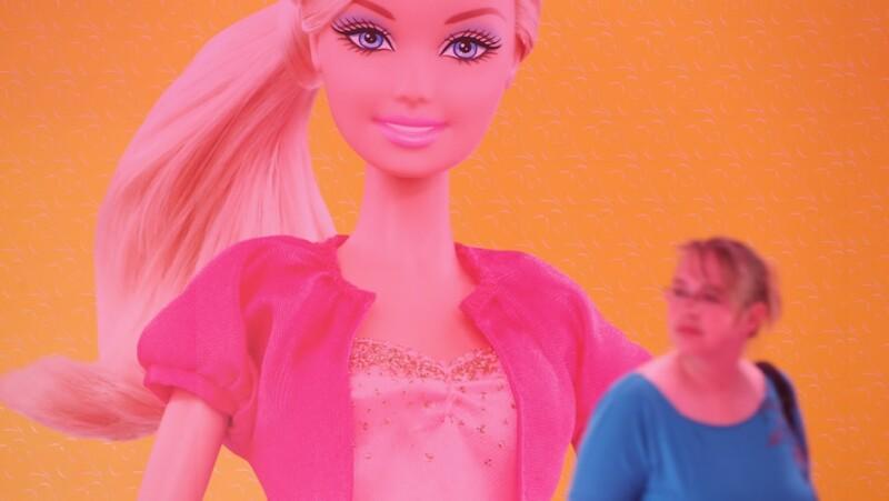 campaña, barbie, muñeca, obesidad, imagen corporal, alimentacion, talla, grande, mujer, hogar