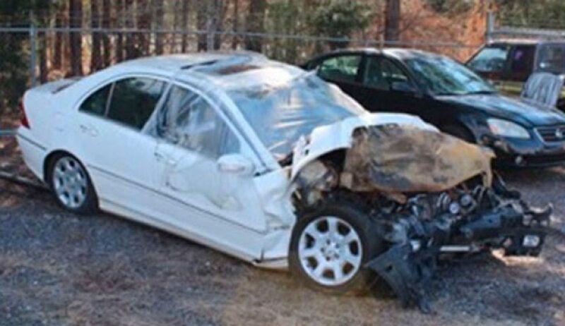 Christal iba manejando un Mercedes Benz blanco y así quedó después del impacto.
