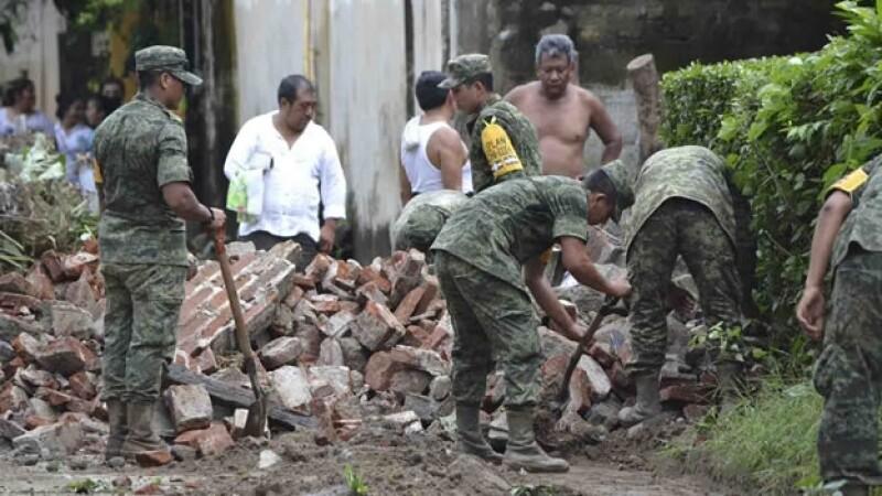 Militares trabajan en Villa Comaltitlán luego de que las lluvias provocaran inundaciones que dañaron cientos de viviendas