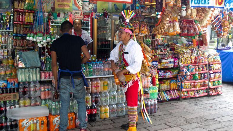 CIUDAD DE MÉXICO, 12SEPTIEMBRE2018.- Un volador de Papantla que ofrece esta danza aérea en las inmediaciones del Museo de Antropología compra los refrescos del día. Nuestro país encabeza la lista per capita del consumo de esta bebida azucarada a nivel mundial.   FOTO: MOISÉS PABLO /CUARTOSCURO.COM