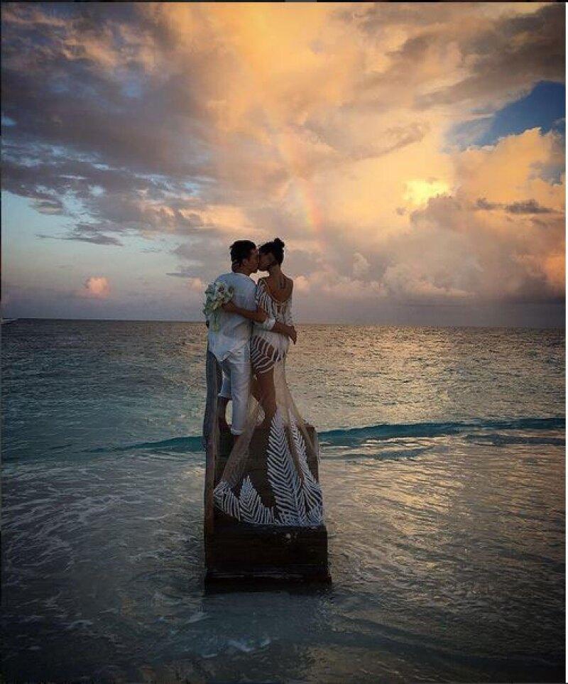 La top model Isabeli Fontana rompió esquemas al elegir para el día de su boda con el músico Diego Ferrero un vestido transparente.