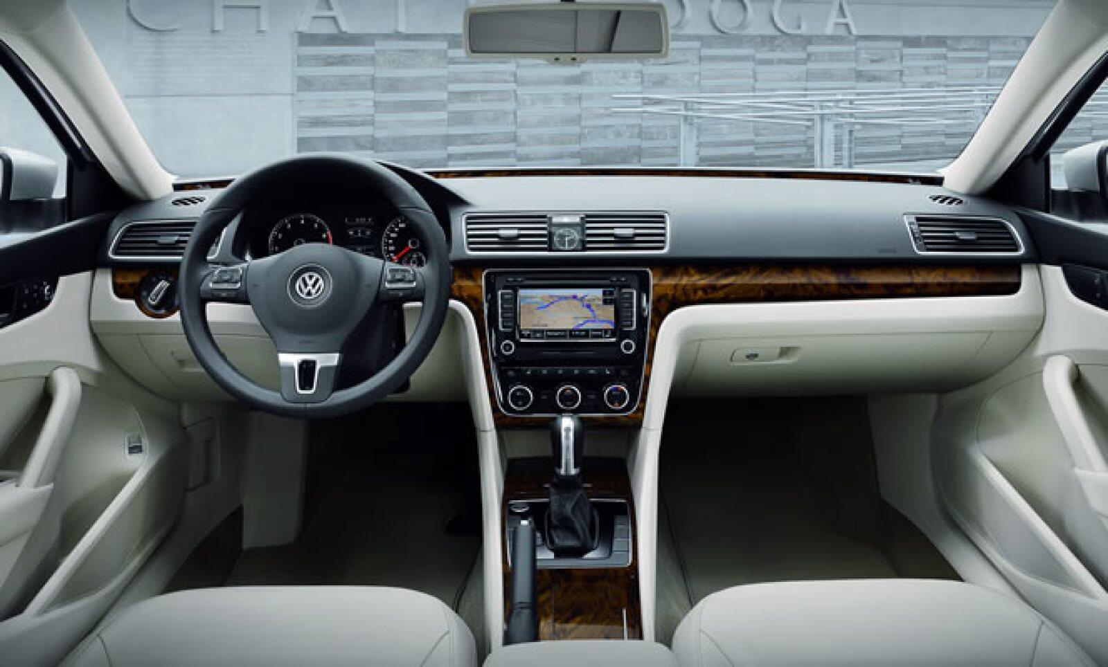 El diseño interior también está dominado por líneas horizontales y verticales, con armonía entre sus elementos y asientos de piel.