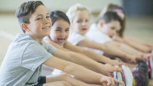 niños hacen ejercicio
