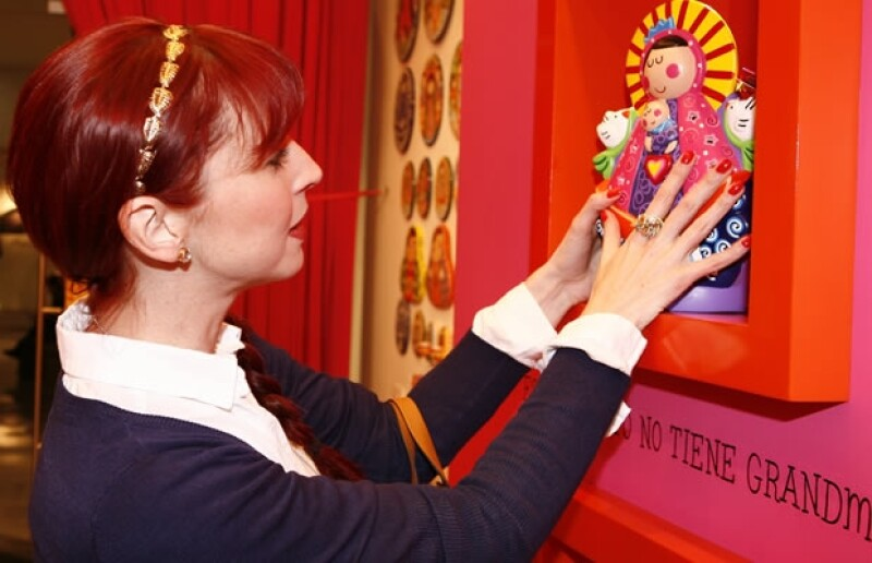 Andrea quedó fascinada con varios artículos entre ellos la Virgen de colores.