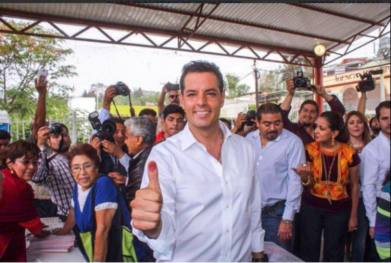 Acompañado por su esposa e hijos, el candidato a gobernador de Oaxaca por el PRI, Alejandro Murat, acudió a la casilla.
