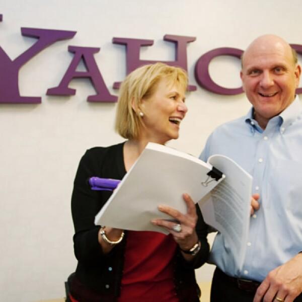 La directora general de Yahoo Carol Bartz y el director general de Microsoft Steve Ballmer cierran la sociedad entre ambas compañías para hacer frente al dominio de Google.