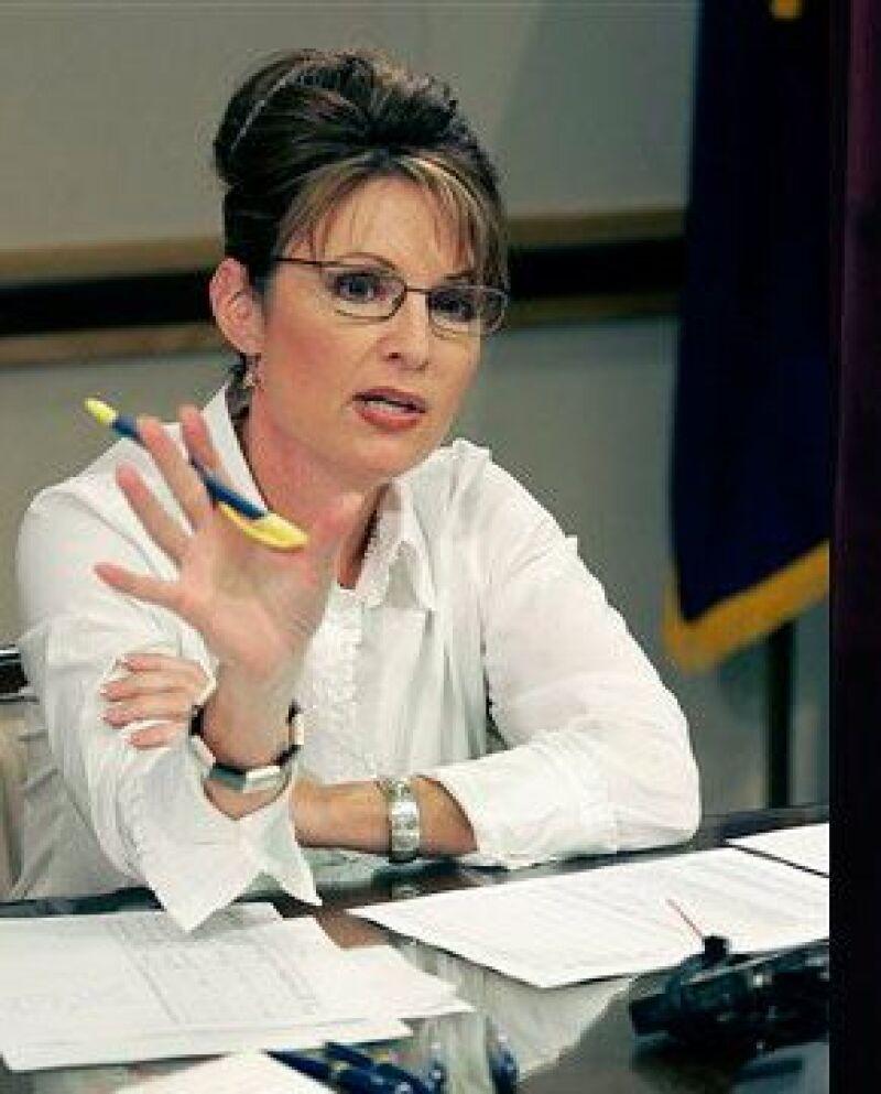 La gobernadora de Alaska, Sarah Palin, defendió el viernes a la reina de belleza, Carrie Prejean, quien ha sido criticada por su oposición al matrimonio del mismo sexo.