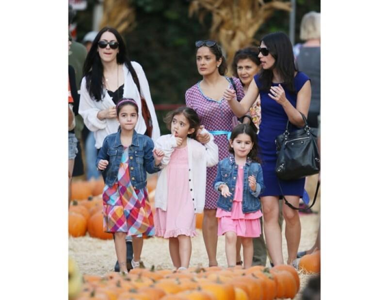 La actriz mexicana y su hija fueron vistas en Los Ángeles en compañía de otras niñas y madres de familia comprando este fruto tradicional de Halloween.