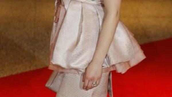 """La actriz Scarlett Johansson, que se encuentra promocionando su película """"Iron Man 2"""" se presentó a la gala con un precioso vestido de Prada."""