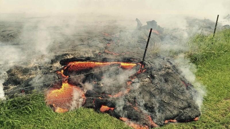 Lava del volcán Kilauea que aumento su actividad el fin de semana, provocando una evacuación de la mayoría de los habitantes de un pueblo de Hawaii