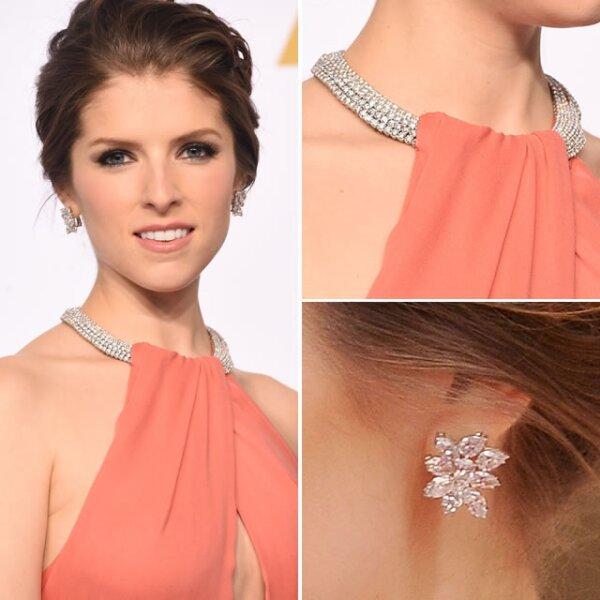 El collar de Norman Silverman que usó Anna Kendrick de 5 filas, contenía diamantes en forma de pera de 13k. El collar fue incluído dentro del diseño del vestido.