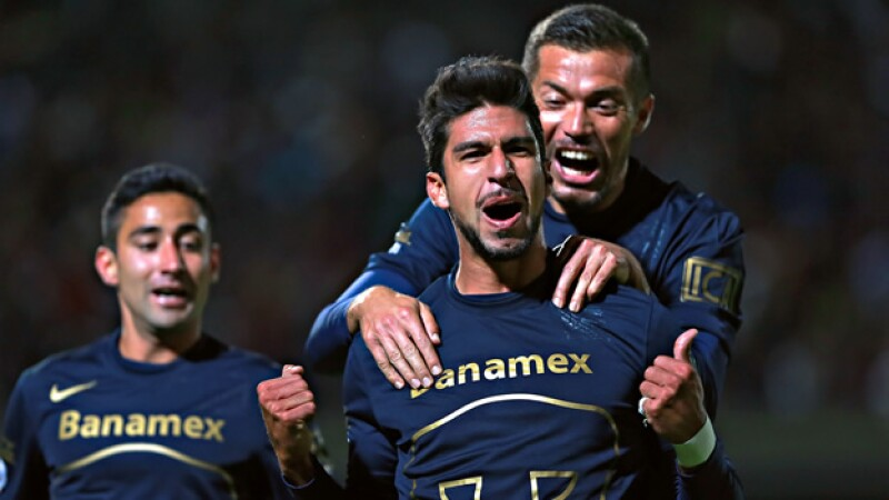 El delantero de Pumas Eduardo Herrera festeja el gol con el que el cuadro universitario venció a las Águilas del América en CU