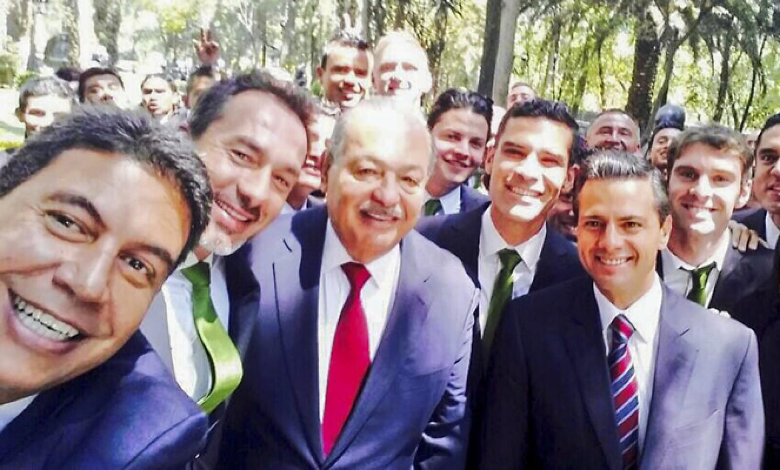 Arturo Elías Ayub, director de Alianzas Estratégicas de Telmex, tomó una foto de la visita del León a Los Pinos, en la que se puede ver a Carlos Slim y al presidente Enrique Peña.
