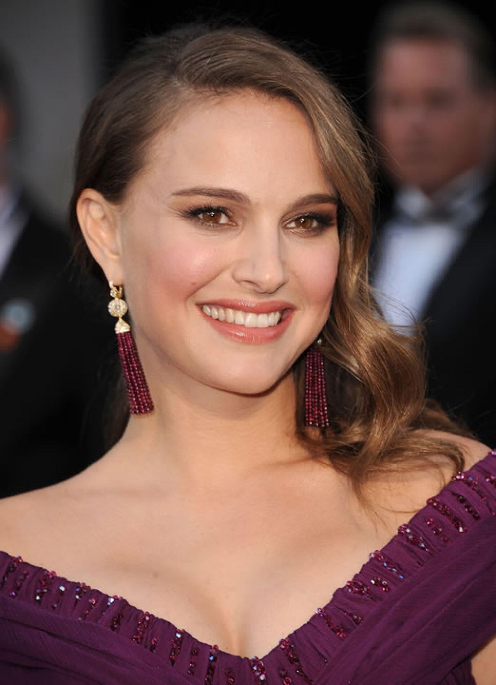 El año que Natalie Portman ganó el Oscar, llevaba unos pendientes de Tiffany & Co. del mismo tono de su vestido Rodarte.