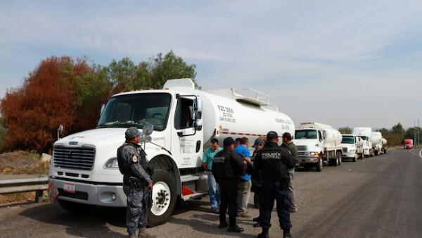 Pipas de combustible vigiladas por fuerzas de seguridad