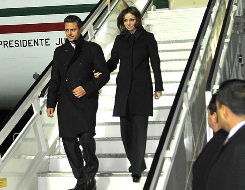 Para su llegada a Alemania eligió un look era monocromático, al igual que el de su esposo.