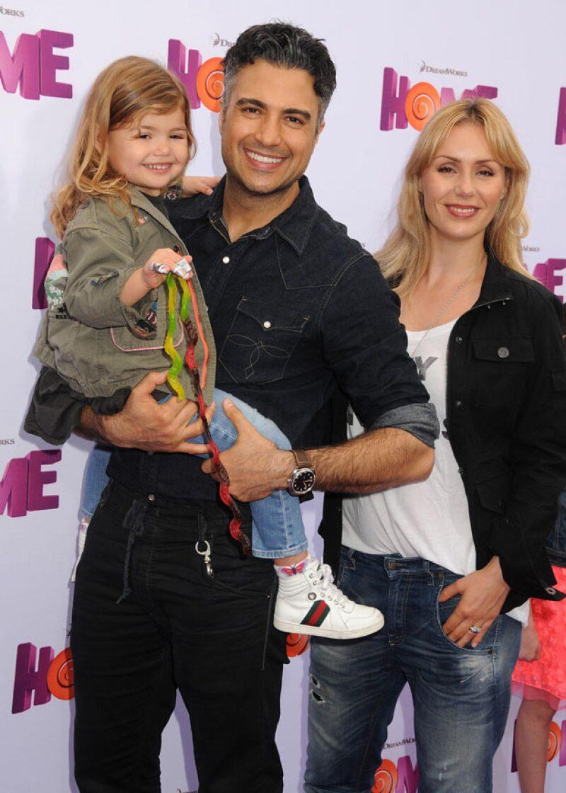 Jaime Camil también asistió a la premiere con su hija Elena y su esposa Heidi Balvanera.