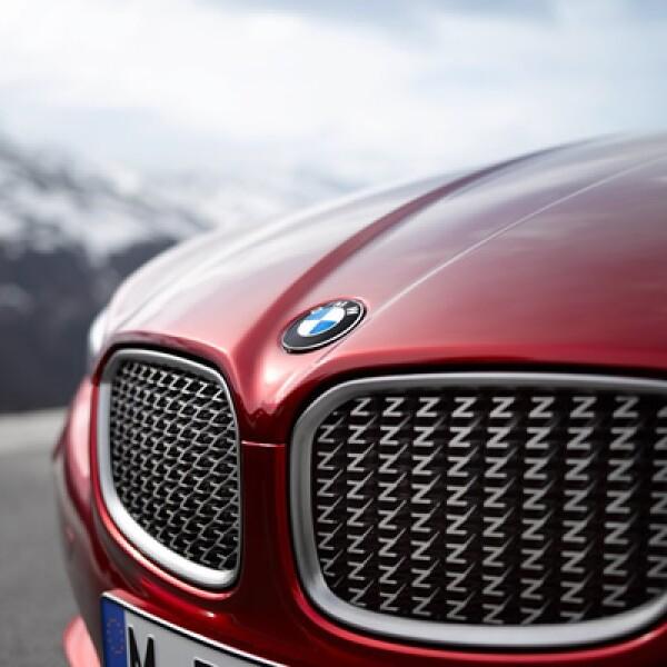 """El diseño del vehículo es complementado por un juego de llantas de aleación ligera de 19 pulgadas con cinco radios, la parrilla con múltiples """"Z"""" y su pintura color Rosso Vivace."""