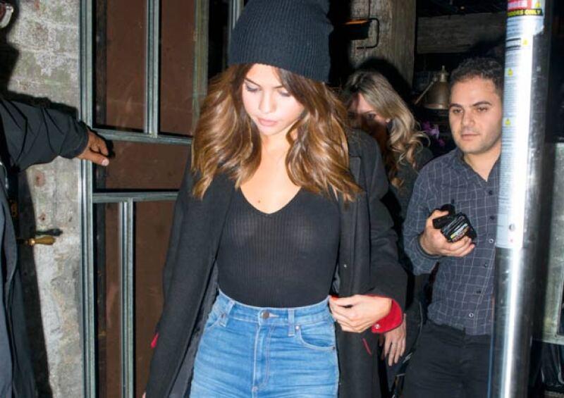 En su llegada a un popular restaurante chino en Sidney, la cantante fue captada por los paparazzi y ,sin querer, su blusa dejó a la vista algo más que sus curvas.