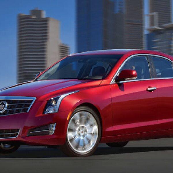 El Cadillac ATS cuenta con un capó de aluminio, elementos en fibra natural y soportes de magnesio que lo hacen más ligero y ágil; además de un Centro de Control de Sistemas de Entretenimiento e Información con radio y navegación satelital.