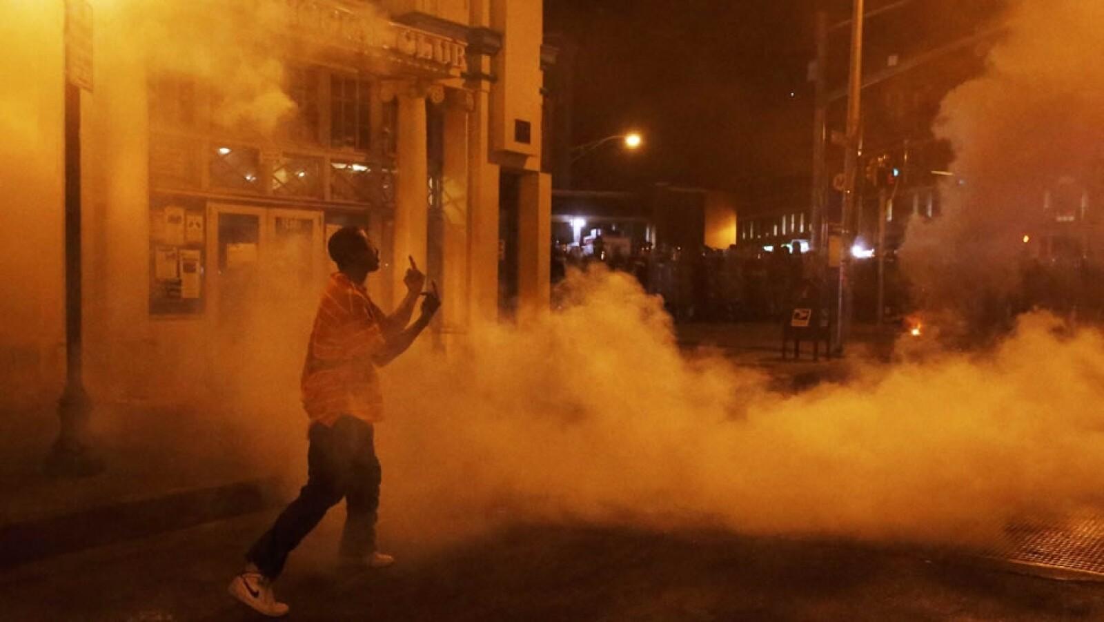 Otras personas optaron por retar a los policías pese a los gases lanzados en las calles de la ciudad de Maryland