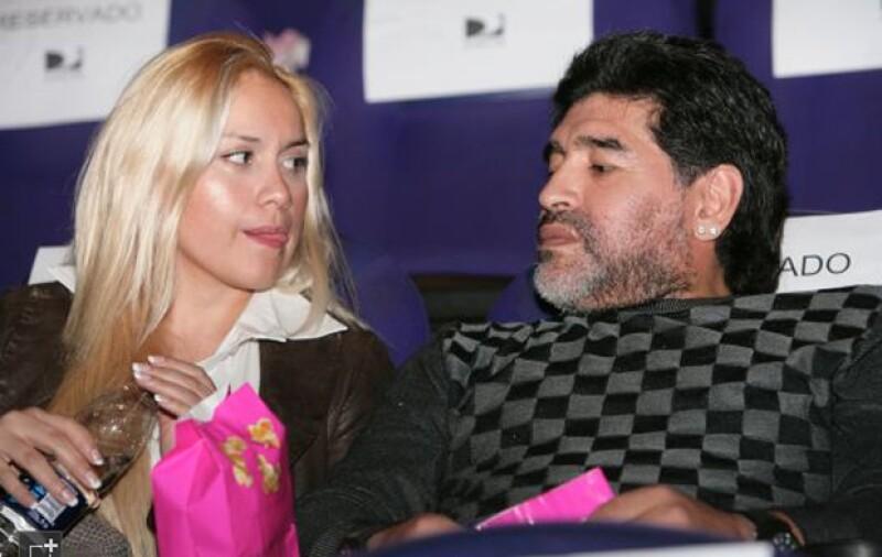 """El futbolista ha decidido no darle el """"Maradona"""" al nuevo hijo que espera con su novia Verónica Ojeda debido a la presión de su ex mujer y dos hijas."""