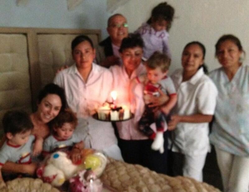 Inés en compañía de sus hijos y su equipo de ayuda.