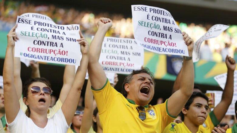 Futbolistas de la selección brasilelña como Fred o Hulk apoyan a los manifestantes, pero llaman a la paz.