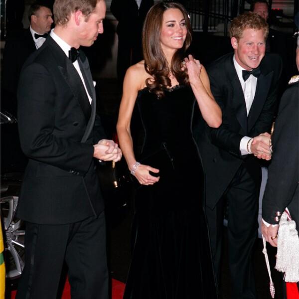 Kate lució un vestido negro de la firma británica para una premiación en el Museo Imperial de Guerra.
