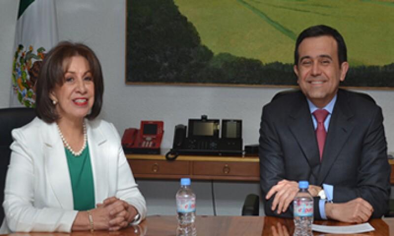 El titular de Economía, Ildefonso Guajardo (der), anunció el nombramiento de Rocío Ruiz Chávez como subsecretaria de Competitividad. (Foto: tomada de la Secretaría de Economía)