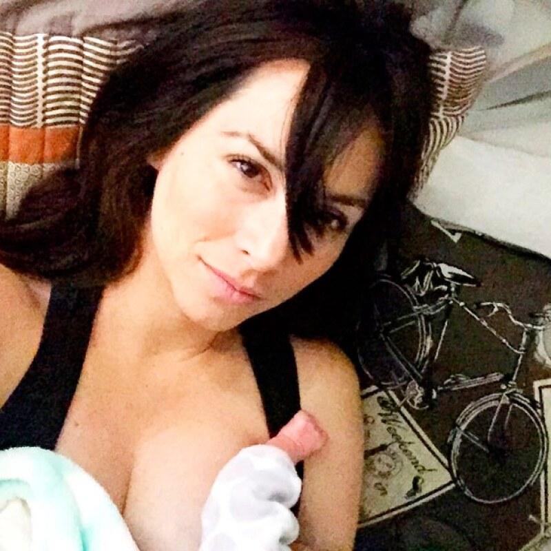 A unos días de haber dado a luz a Elah, su segundo bebé, la guapa conductora se mostró en sus redes sociales agradecida a la vida por estos momentos de dicha.