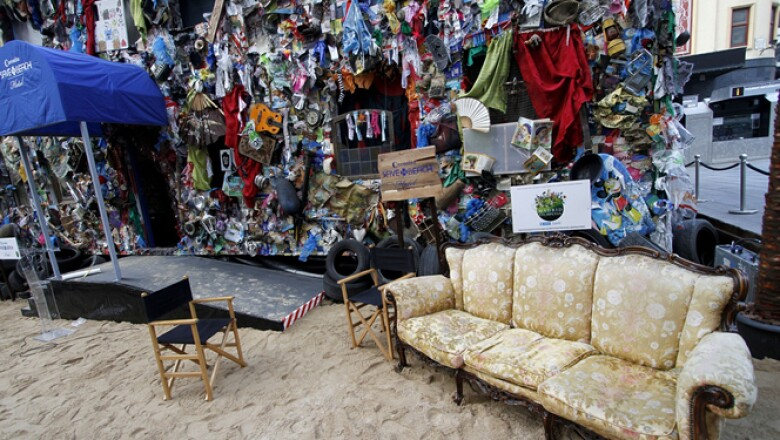 "El hotel ""Corona Save The Beach"" está construido con doce toneladas de residuos encontrados en diversas playas europeas."