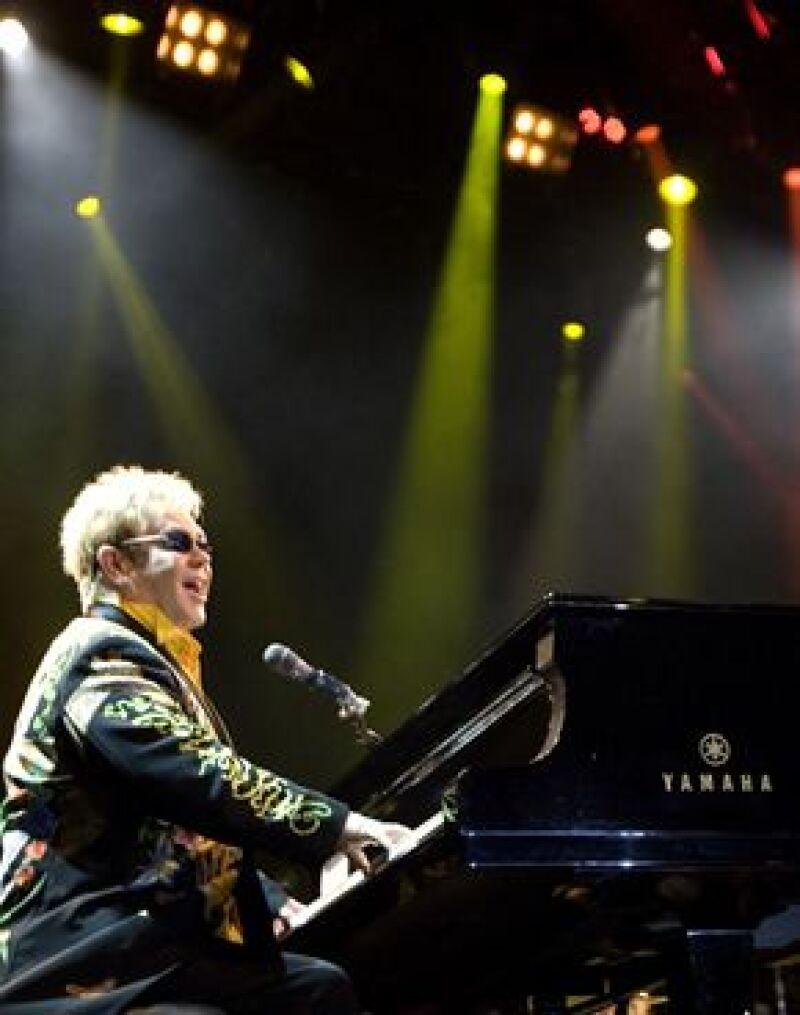 El cantante derrochó energía y nostalgia ante los más de mil 500 asistentes durente su concierto en el Colegio de las Vizcaínas,en la Ciudad de México.