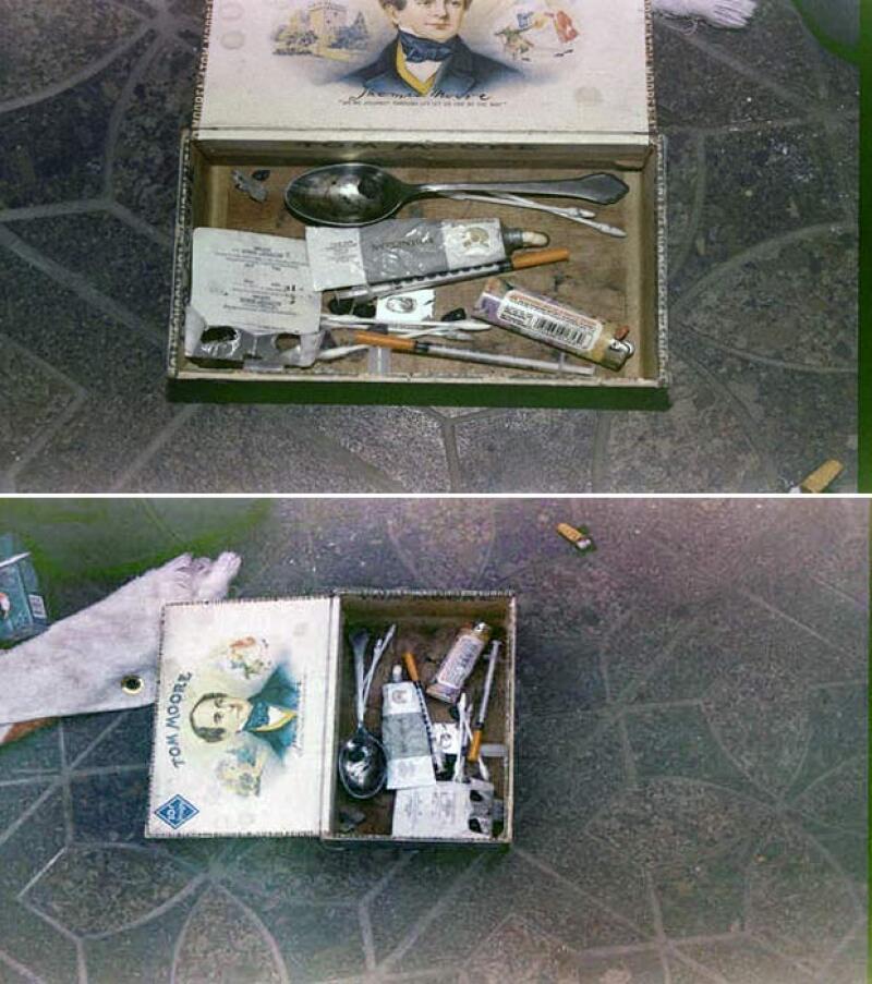 El heroin kit de Kurt Cobain. Que en realidad resulta ser una caja de cigarrillos con jeríngas, y otra indumentaria para drogarse.