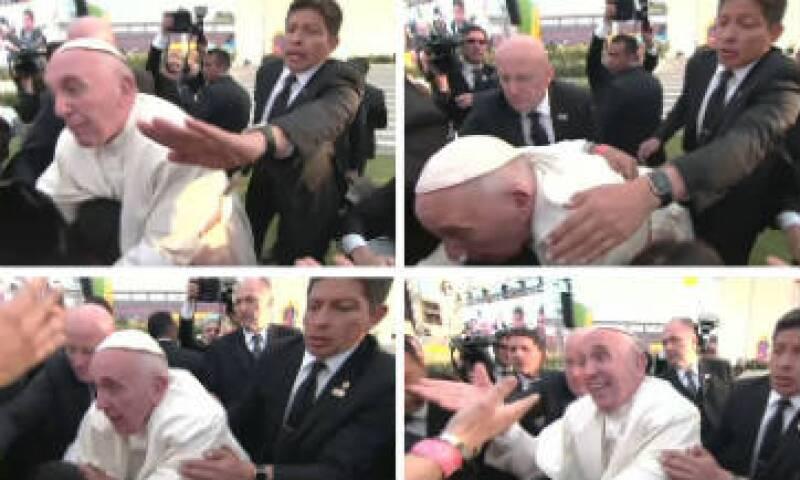 El papa se vio muy molesto por el jaloneo ocurrido cuando se acercó a saludar a fieles tras un encuentro con jóvenes en Morelia. (Foto: Reuters)